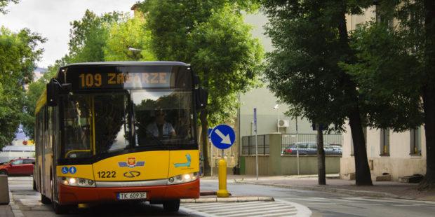 Autobus linii numer 109 jadący ulicą Paderewskiego, przy skrzyżowaniu ze Złotą